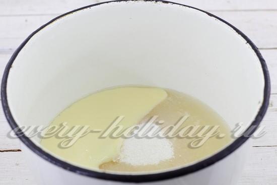 добавьте сахар, сгущенку, ванильный сахар, холодную воду