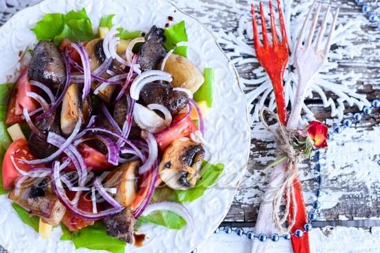 Рецепт теплого салата с индюшиной печенью и грибами