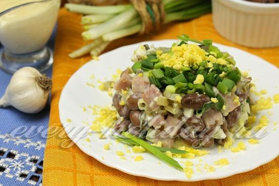 Салат из красной фасоли с ветчиной