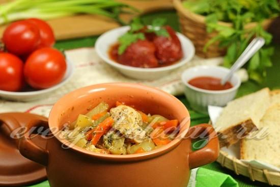 Овощное рагу с курицей в горшочках