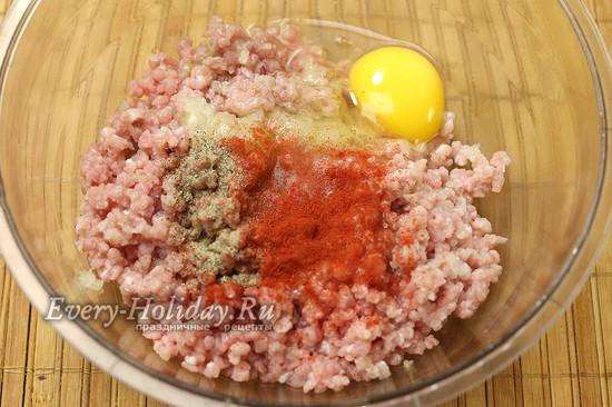 добавляем яйцо, соль, специи