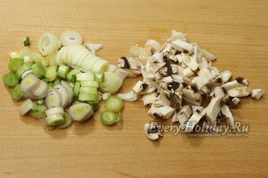 режем лук, грибы