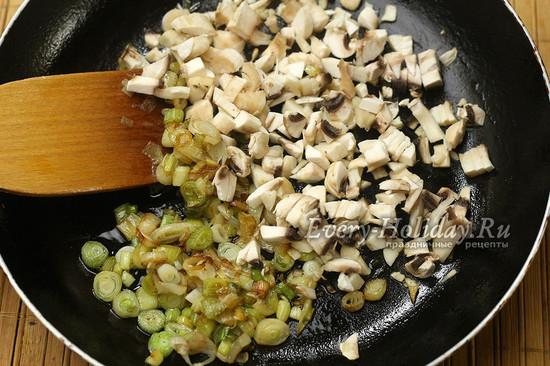 обжариваем лук, грибы