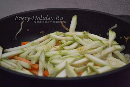добавить на сковороду с луком и морковью