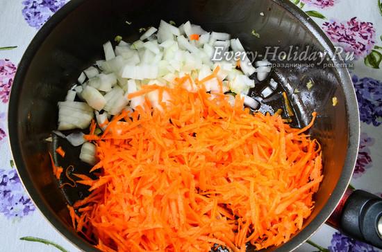 выложить лук и морковь на сковороду