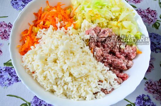 соединить рис, фарш, капусту. лук и морковь