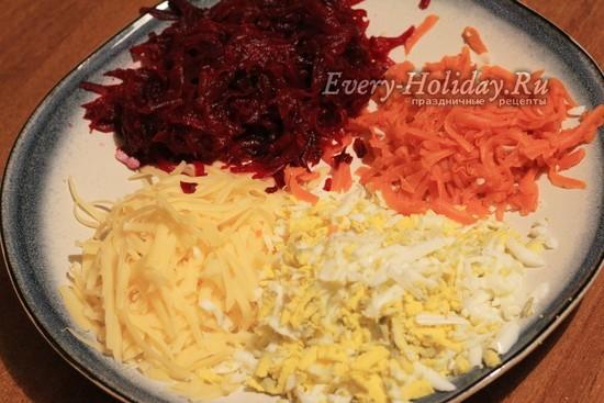натереть свеклу, морковь, сыр и яйца