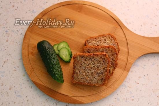 нарезать хлеб и огурец