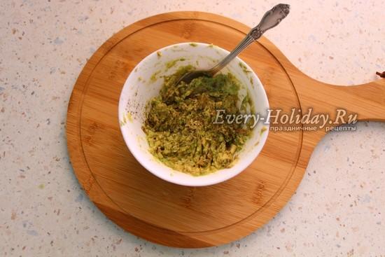смешать авокадо и творожный сыр