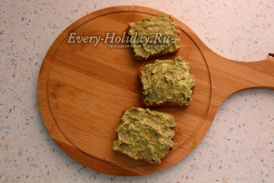 смазать хлеб пастой из авокадо и сыра