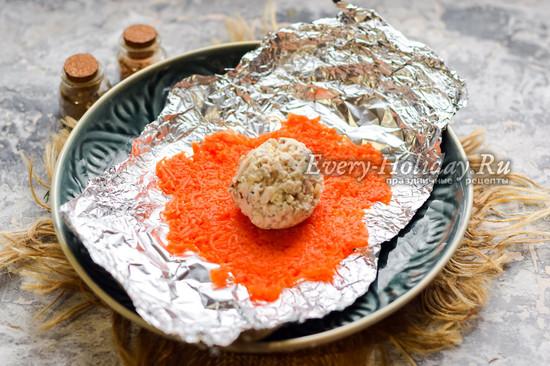 выложить на фольгу морковь и шарик из курицы и грибов