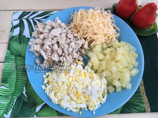 трем сыр и яйца на терке, ананас и курицу режем кубиками