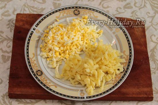 натереть на терке яйца и картофель