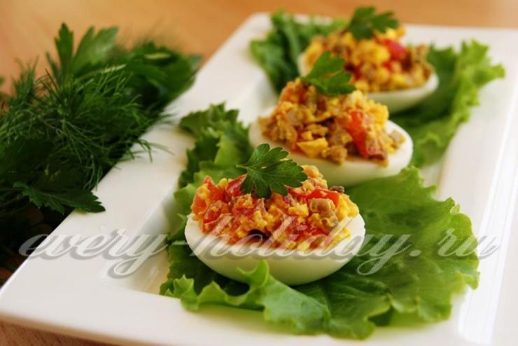 Яйца фаршированные грибами и помидорами