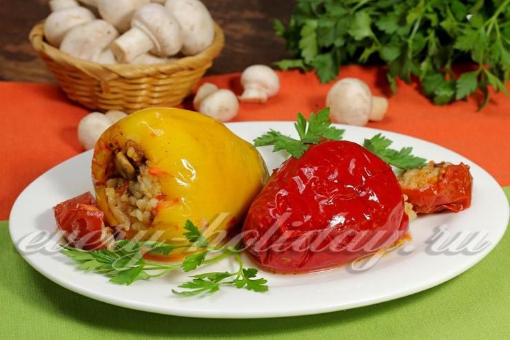Перец фаршированный грибами и рисом в томатном соусе