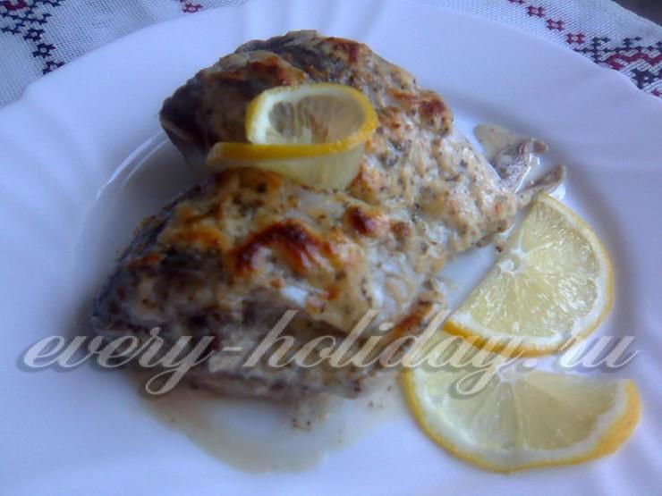 Рыба, запеченная с сыром и сметаной