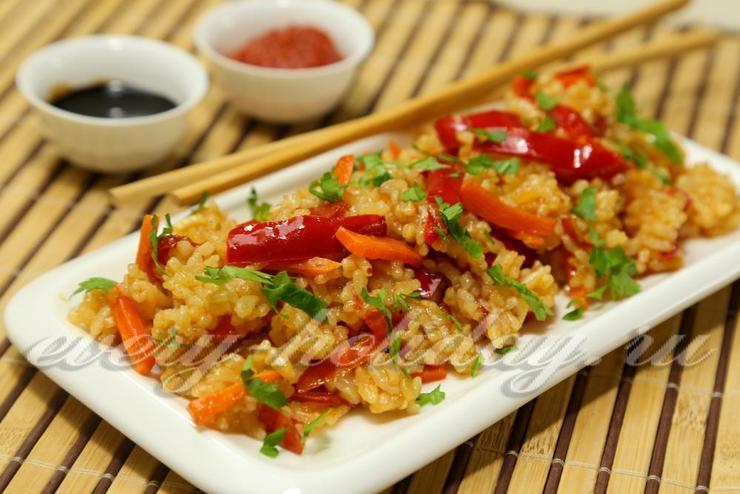 Рис с тушеными овощами и соевым соусом