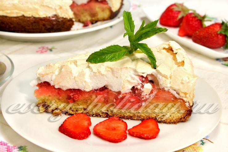 Клубничный пирог с безе