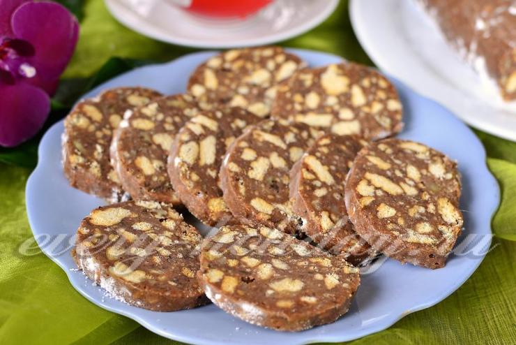Сладкая колбаска из печенья и какао со сгущенкой