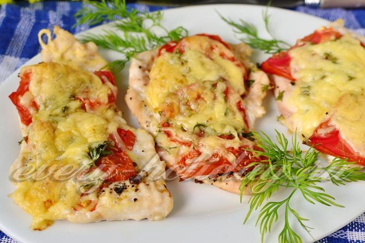 Легкие отбивные из куриного филе в духовке с помидорами