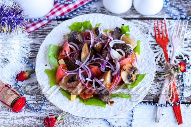Теплый салат с индюшиной печенью и грибами