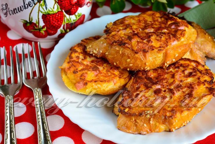 Горячие бутерброды с колбасой и сыром и яйцом на сковороде