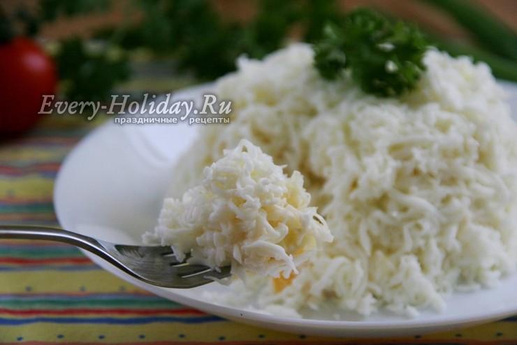 Салат «Снежная королева» с сыром и маринованным луком