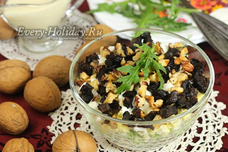 """Салат """"Дамский каприз"""" с курицей, черносливом и грецкими орехами"""
