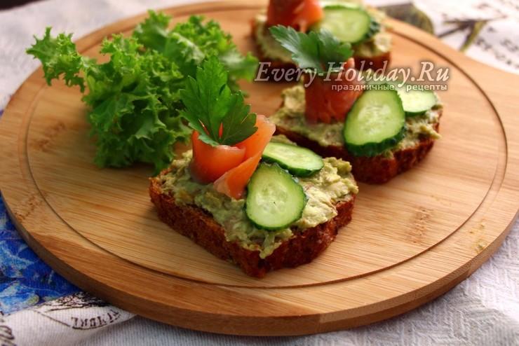 Бутерброд с авокадо, красной рыбой и творожным сыром