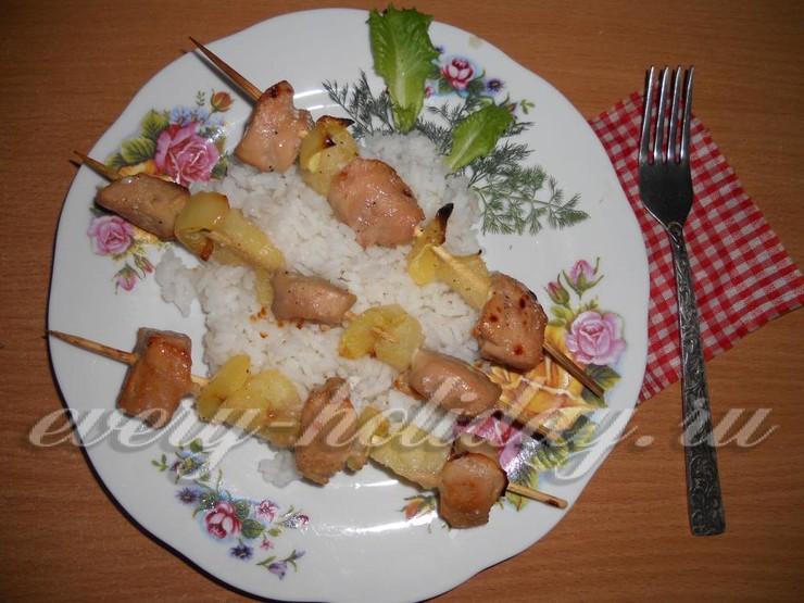Кебаб из курицы с ананасами и сладким перцем